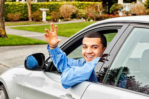 heureux jeune homme avec une voiture neuve - homme faire coucou voiture photos et images de collection
