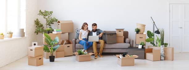 happy young verheiratet paar wechselt zur neuen wohnung - kinder verpackung stock-fotos und bilder