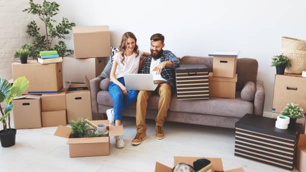 Happy Young verheiratet paar wechselt zur neuen Wohnung – Foto