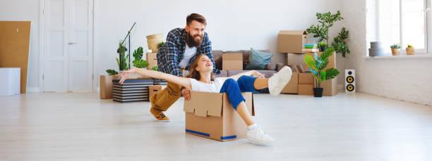 Glückliches junges Ehepaar zieht in neue Wohnung – Foto