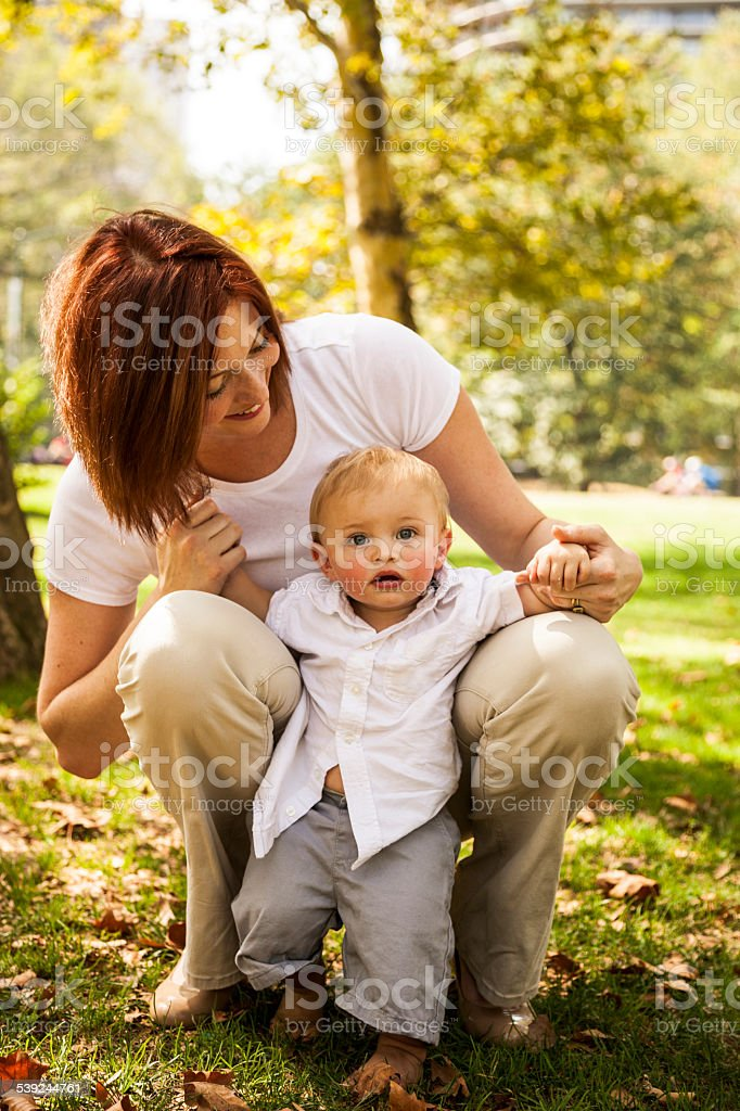 Joven feliz madre con su bebé foto de stock libre de derechos