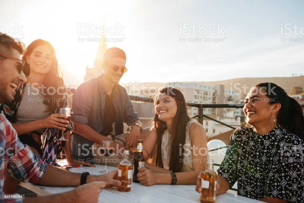 Happy young people having a party – Foto