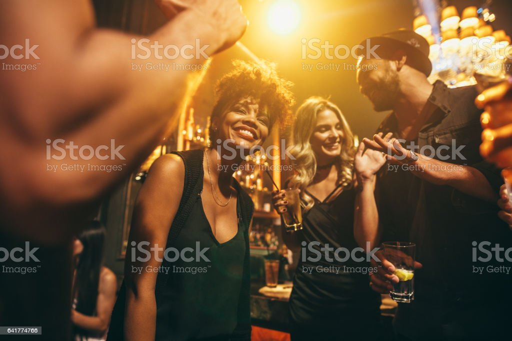 Happy young people having fun a nightclub – Foto