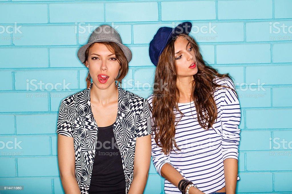 Heureux jeunes s'amuser en face d'un mur bleu - Photo