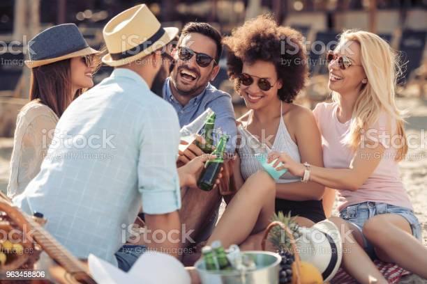 Felices Los Jóvenes Haber Partido En La Playa Foto de stock y más banco de imágenes de Adulto