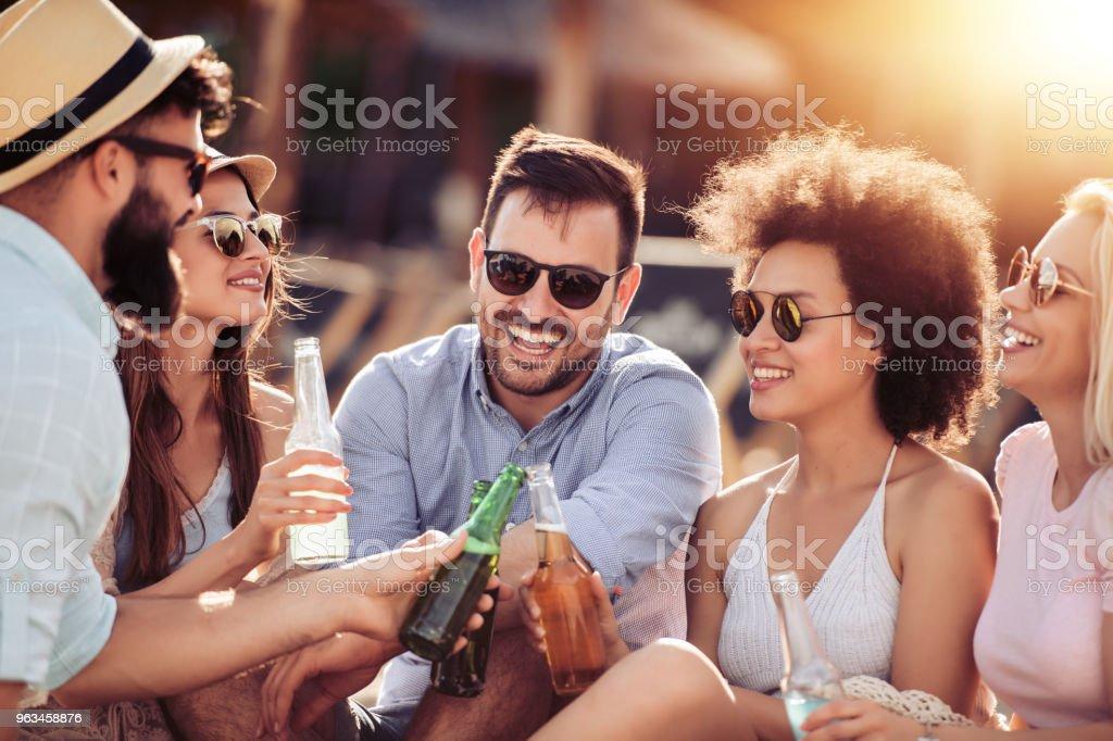 Felices los jóvenes haber partido en la playa. - Foto de stock de Adulto libre de derechos