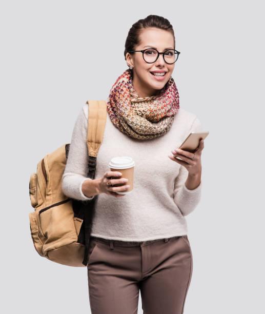 glückliche junge studentin mit smartphone - damenrucksack stock-fotos und bilder