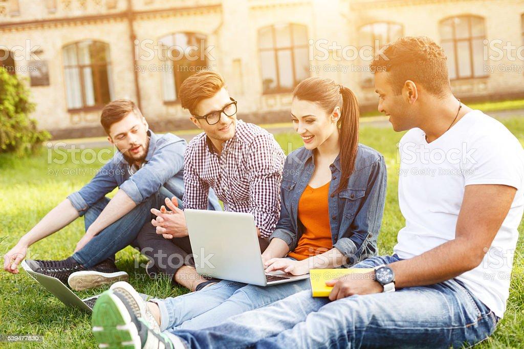 Glückliche junge Studenten im campus zu unterhalten – Foto