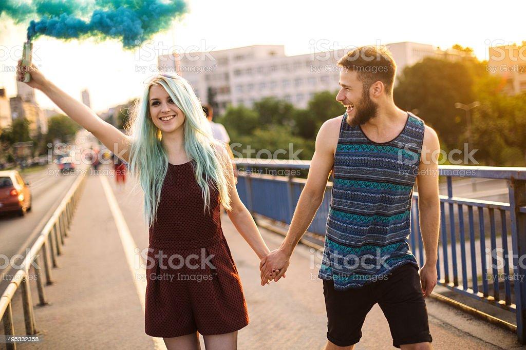 Feliz pareja adolescente - foto de stock