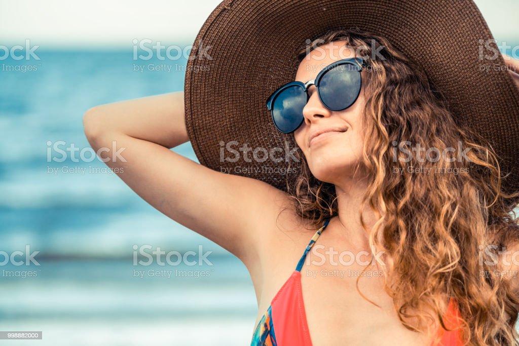 Glückliche junge Frau am Strand im Sommerurlaub. – Foto