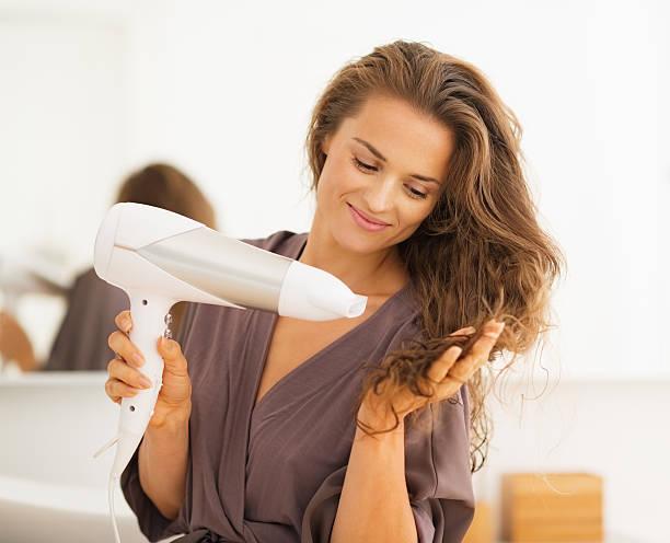 Glückliche junge Frau Blasen Trocknen Ihr Haar im Bad – Foto
