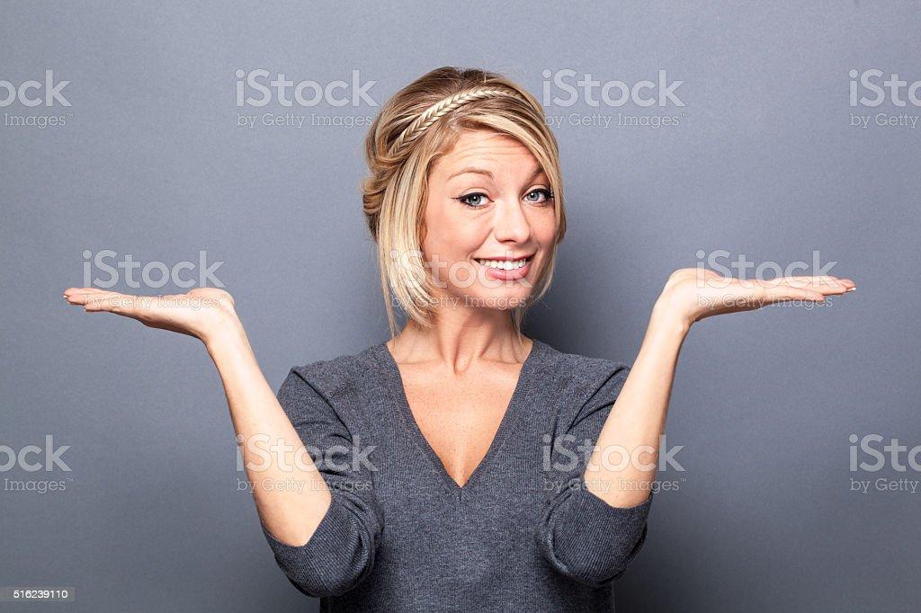 Glückliche junge Frau man etwas Ähnliches auf beiden flache Hände – Foto