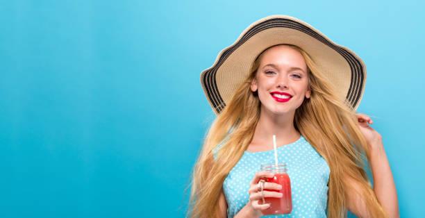 smoothie de boire heureux jeune femme - état solide photos et images de collection