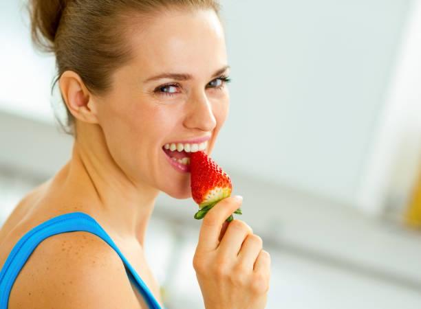 glückliche junge Frau Essen Erdbeere – Foto