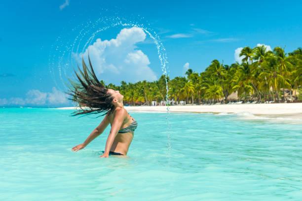 b4b39b1fab87 Mujeres Jóvenes En Bikinis De Vacaciones A Lo Largo De La Playa Del ...