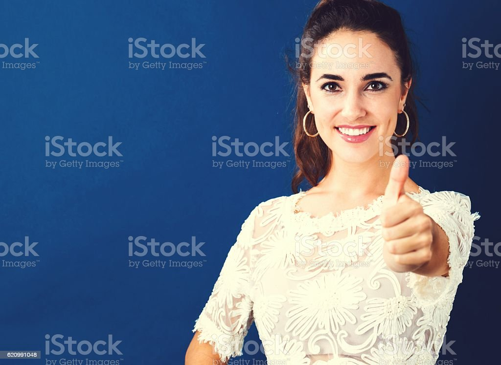 Happy young woman giving a thumb up foto royalty-free