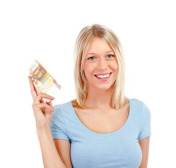 Glückliche junge Frau hält 50 euro in die hand – Foto