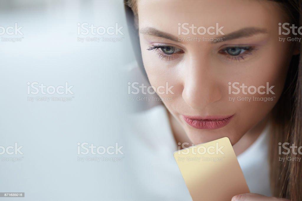 33a46cfb9f3c83 Glückliche junge Frau hält eine Kreditkarte und Online-shopping zu Hause.  Schöne Mädchen mit