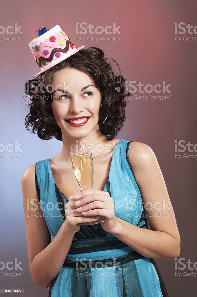 Glückliche junge Frau hält Champagner Flöten – Foto