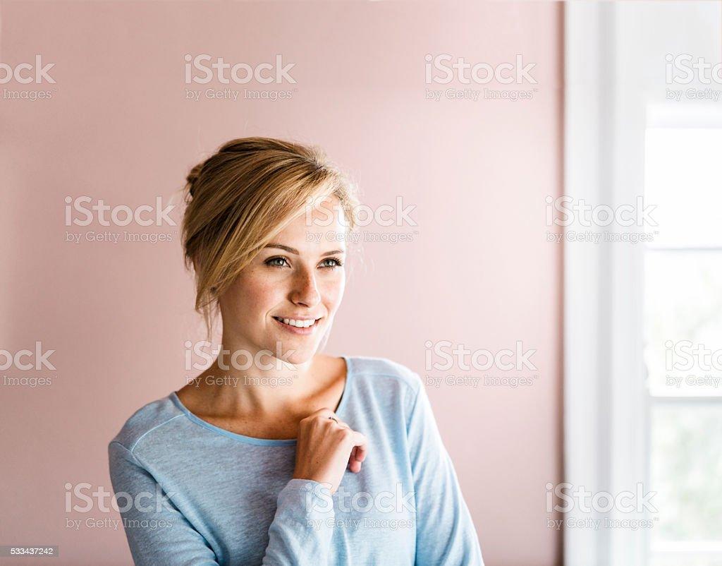 Heureuse jeune femme avec lumineux la maison - Photo