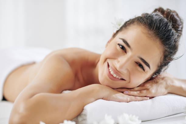 Glückliche junge Frau im Spa-Salon – Foto