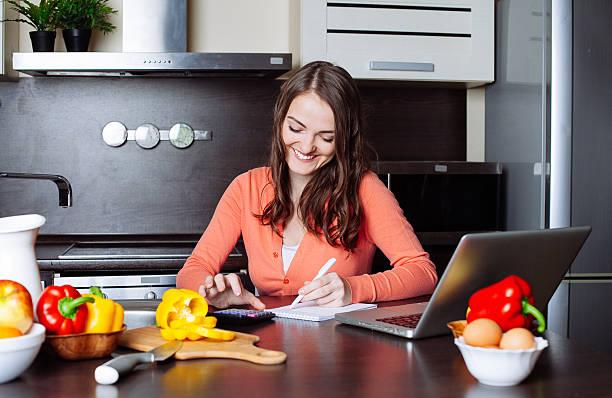 Glückliche junge Frau tut Banken- und administrativen Tätigkeiten Holdi – Foto