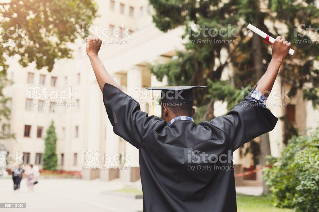 Heureuse jeune femme le jour de son obtention du diplôme. photo libre de droits
