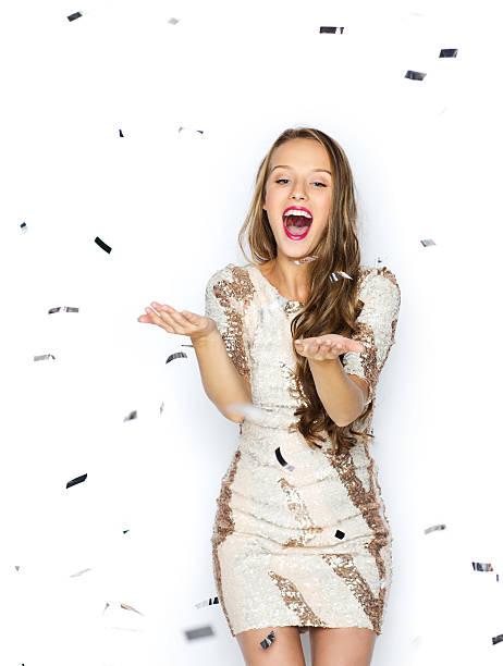 mulher jovem feliz ou garota adolescente em elegantes vestidos - sorriso carnaval - fotografias e filmes do acervo