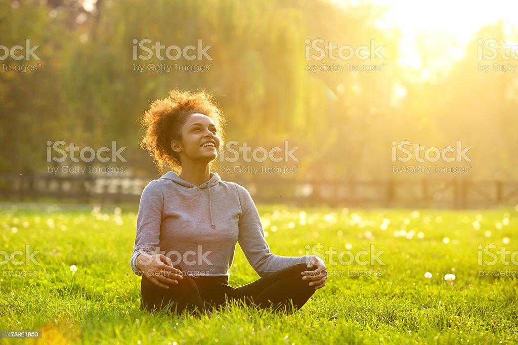 행복한 젊은 여자 앉아 요가 직무입니다 - 로열티 프리 20-29세 스톡 사진