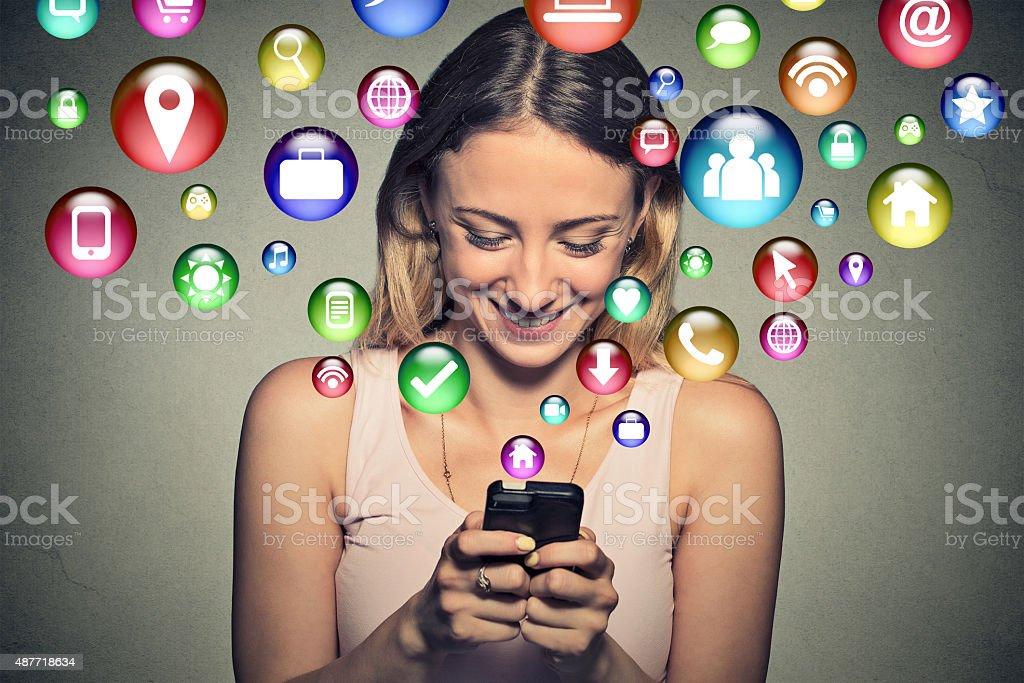 Glückliche junge Frau, die SMS auf smartphone – Foto