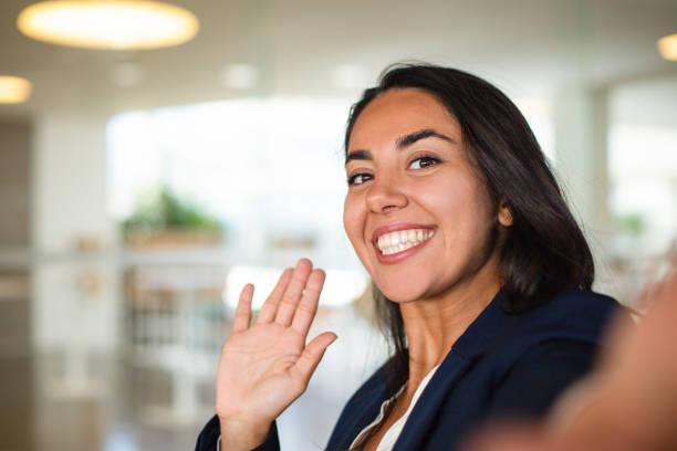 Glückliche junge Frau winken Hand – Foto