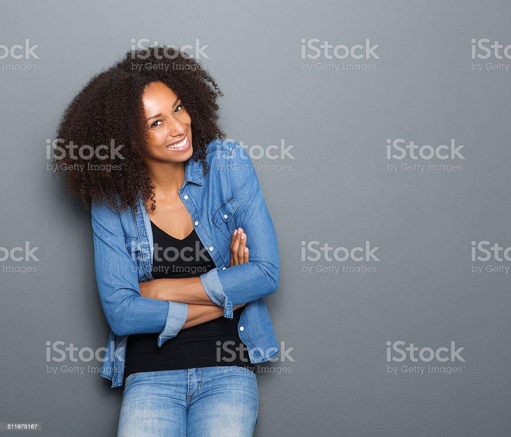 Счастливая молодая женщина с Скрестив руки стоковое фото
