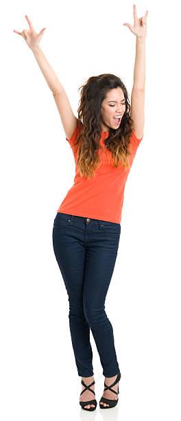 Mujer joven feliz con brazos arriba - foto de stock