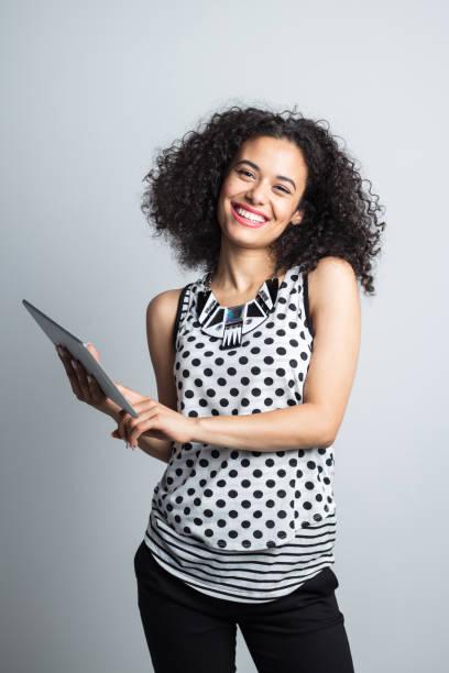 Glückliche junge Frau mit tablet PC – Foto