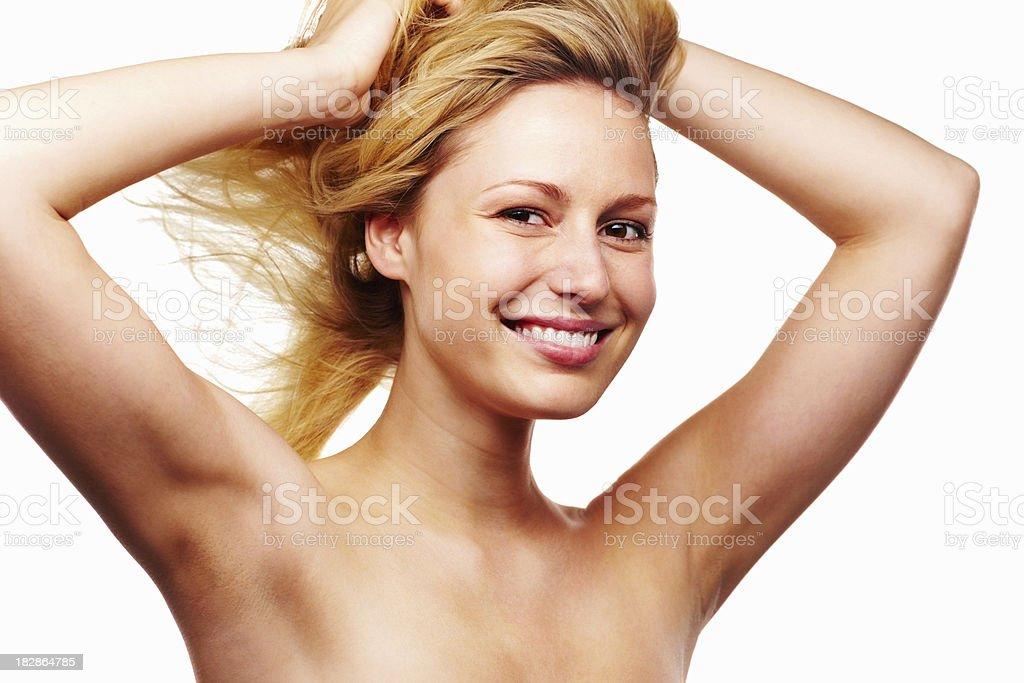 Glückliche junge Frau mit Händen im Haar – Foto