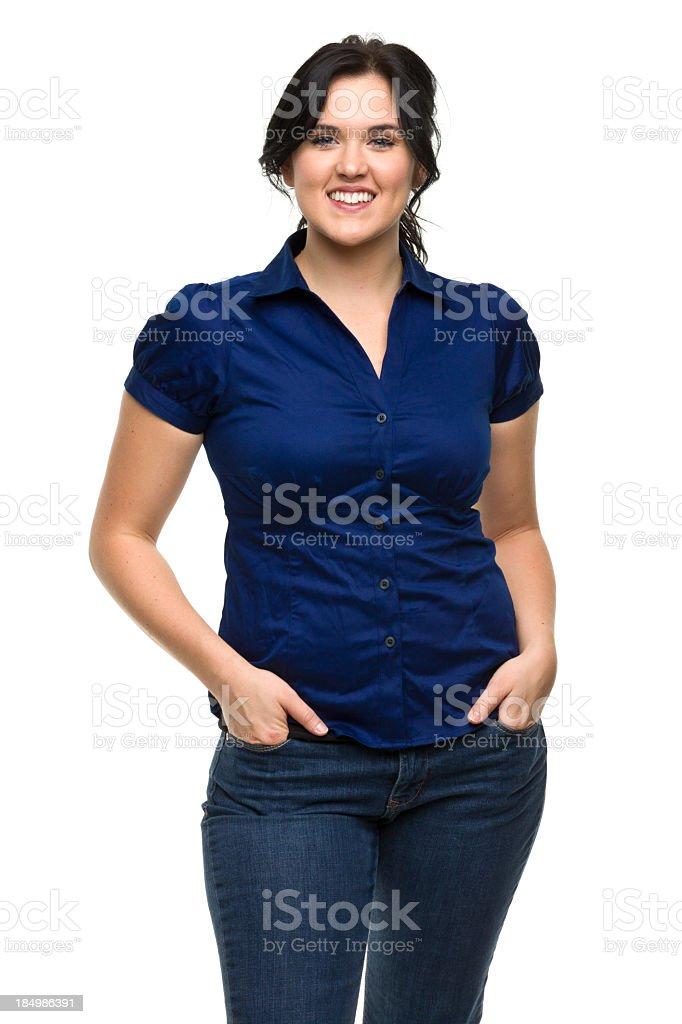 Heureuse jeune femme avec les mains dans les poches - Photo