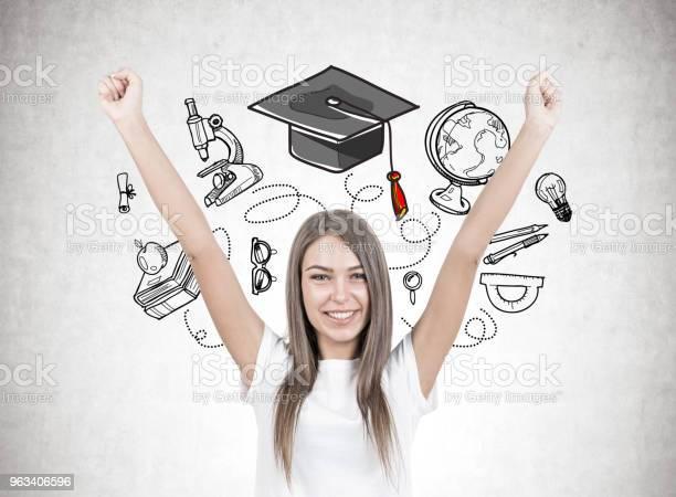 Szczęśliwa Młoda Kobieta Z Rękami W Powietrzu Edukacja - zdjęcia stockowe i więcej obrazów Student