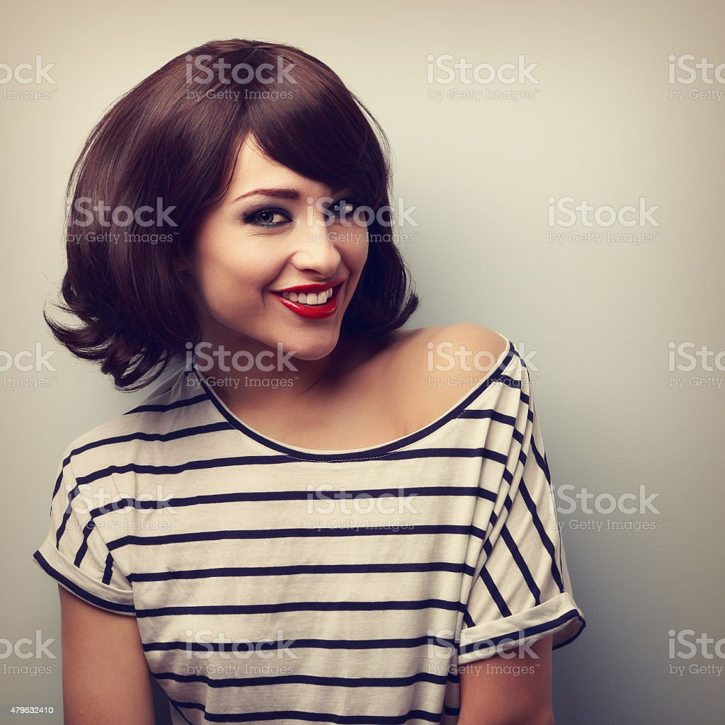 Szczęśliwa Młoda Kobieta Z Krótkie Fryzura Uśmiech Toothy Vintage
