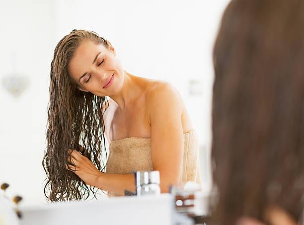 행복한 젊은 여자 습함 머리, 욕실 - 모발 관리 뉴스 사진 이미지