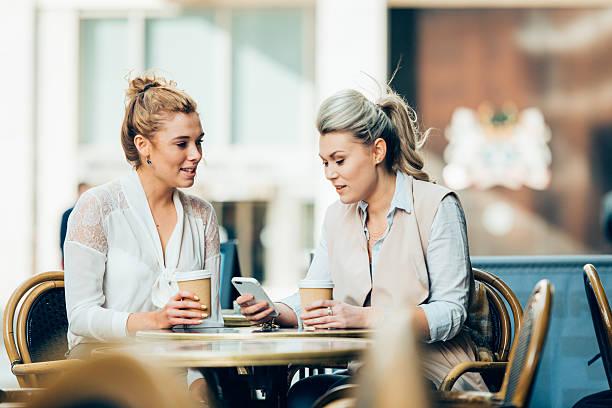 Glückliche junge Frauen Mädchen mit smartphone und Kaffeetasse – Foto