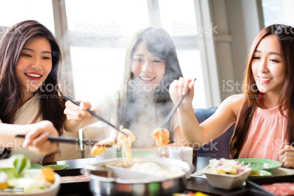 happy young Women group  Eating hot pot royaltyfri bildbanksbilder