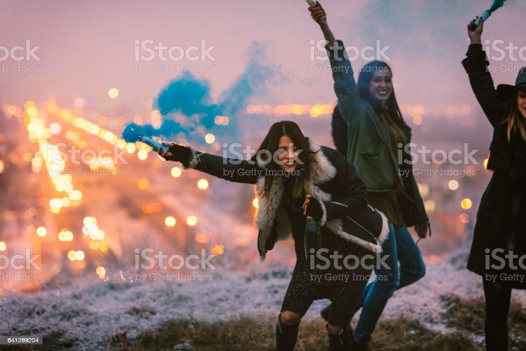 Feliz joven mujer tener diversión con bomba de humo - foto de stock