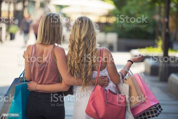 Happy Young Women In Shopping — стоковые фотографии и другие картинки Беззаботный