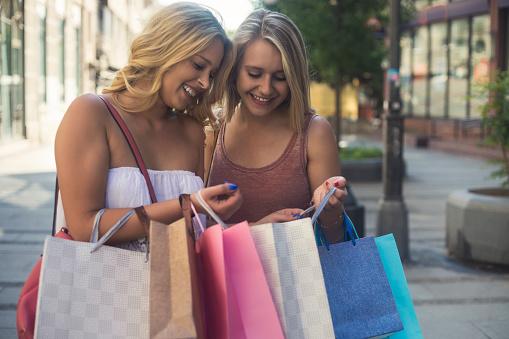 Felizes Mujeres Jóvenes En Compras Foto de stock y más banco de imágenes de A la moda