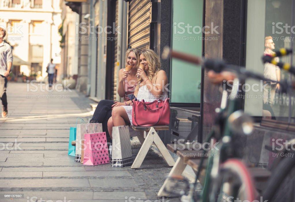 Felizes mujeres jóvenes en compras - Foto de stock de A la moda libre de derechos