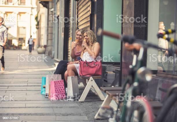 Glada Unga Kvinnor I Shopping-foton och fler bilder på Affär