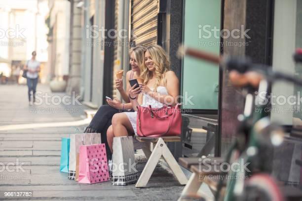 Glückliche Junge Frauen In Den Warenkorb Stockfoto und mehr Bilder von Attraktive Frau