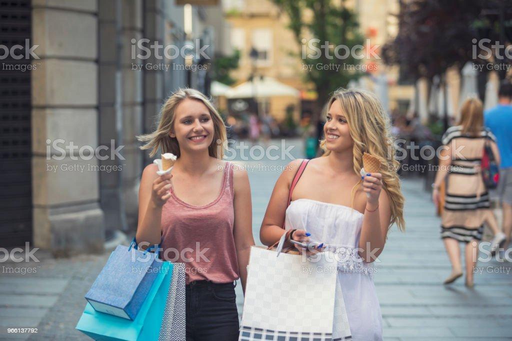 Gelukkig jonge vrouwen in het winkelen - Royalty-free Alleen volwassenen Stockfoto