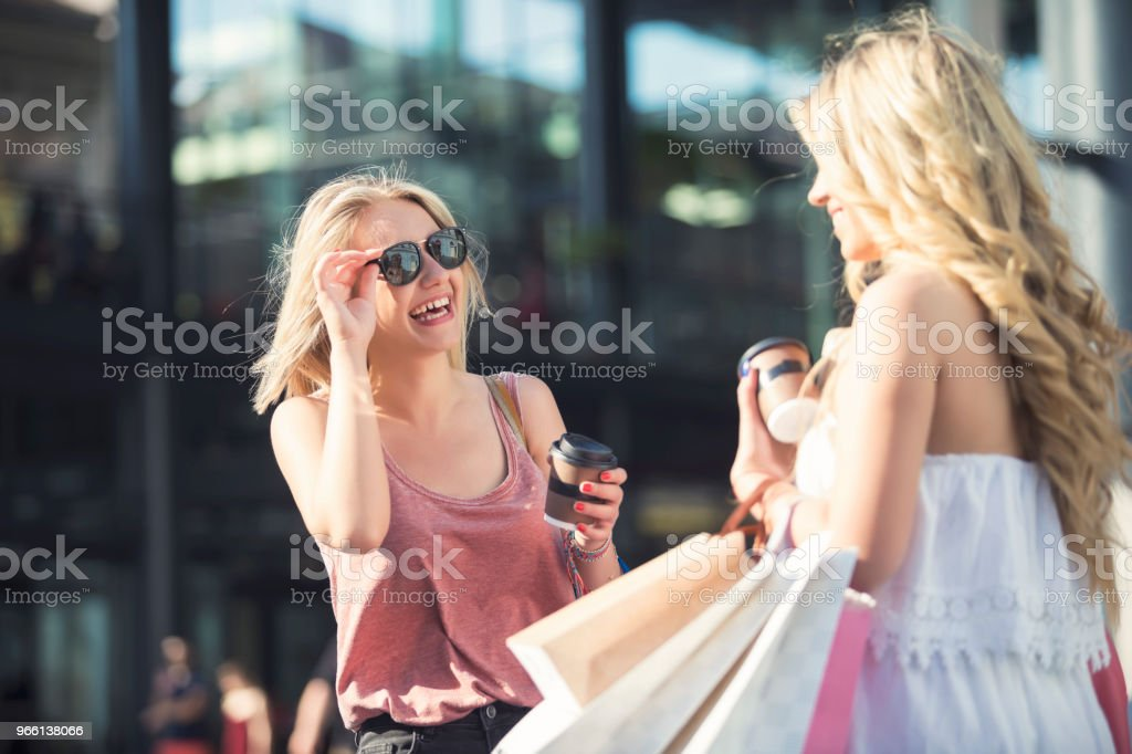 Glada unga kvinnor i shopping - Royaltyfri Affär Bildbanksbilder
