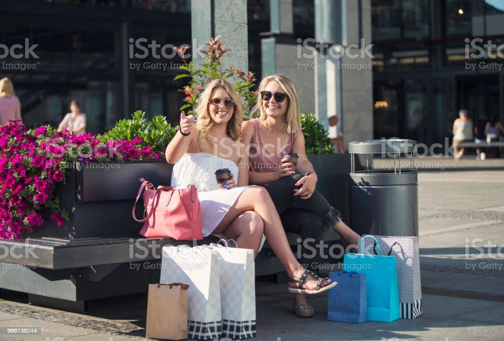Happy young women in shopping - Foto stock royalty-free di Abbigliamento casual